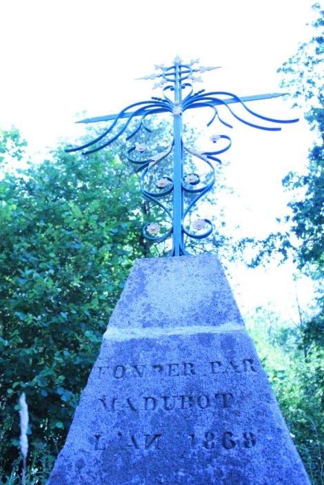 Esta fotografía muestra el cruce de caminos en donde fue sepultada la condesa, en Menant, Puy-de-Dôme.  © de la imagen vampirisme.com.